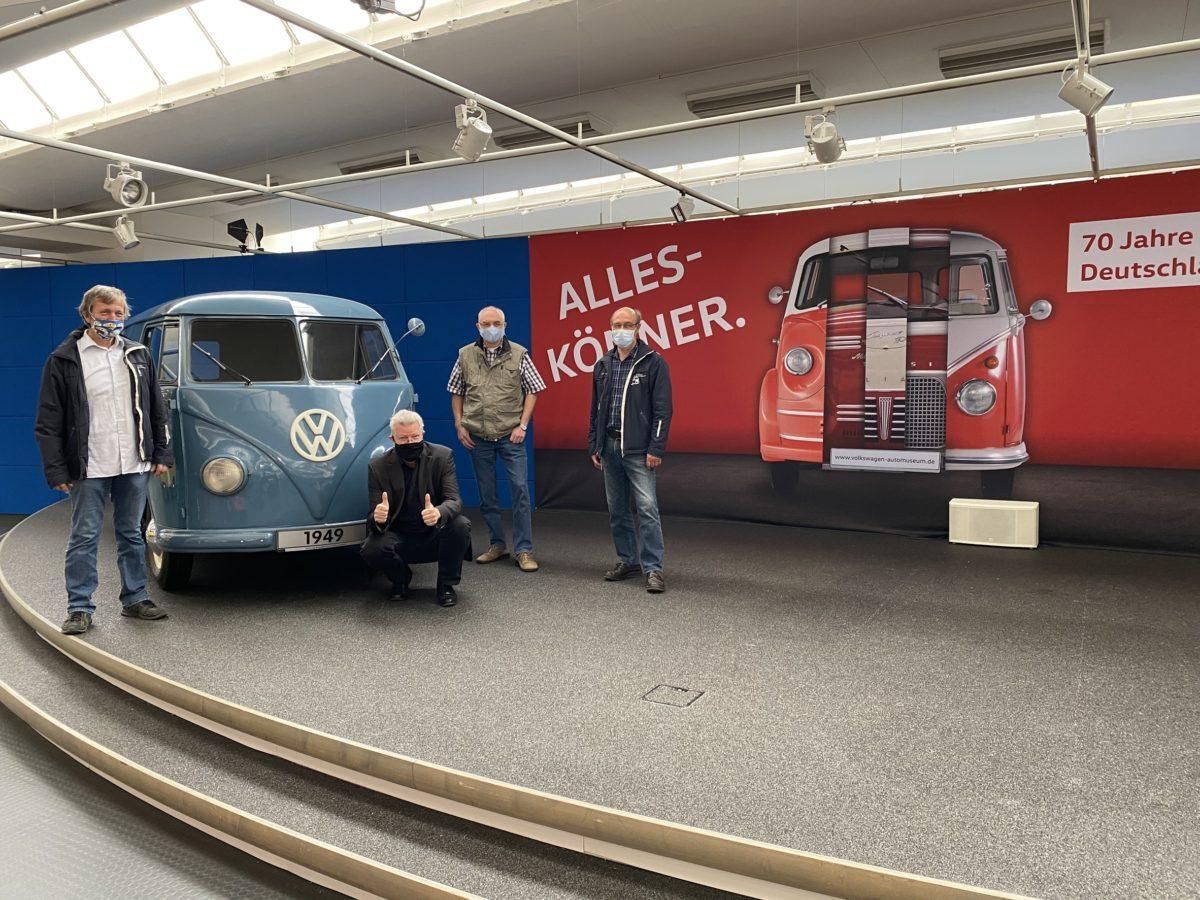 Volkswagen Automuseum Wolfsburg: Eberhard Kittler (hockend) und Mitglieder des Freundeskreises freuen sich hinter ihrem Mund-Nasen-Schutz über die Wiedereröffnung.