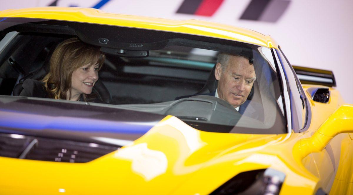 Joe Biden und GM-Chefin Mary Barra in einer Corvette Z06.