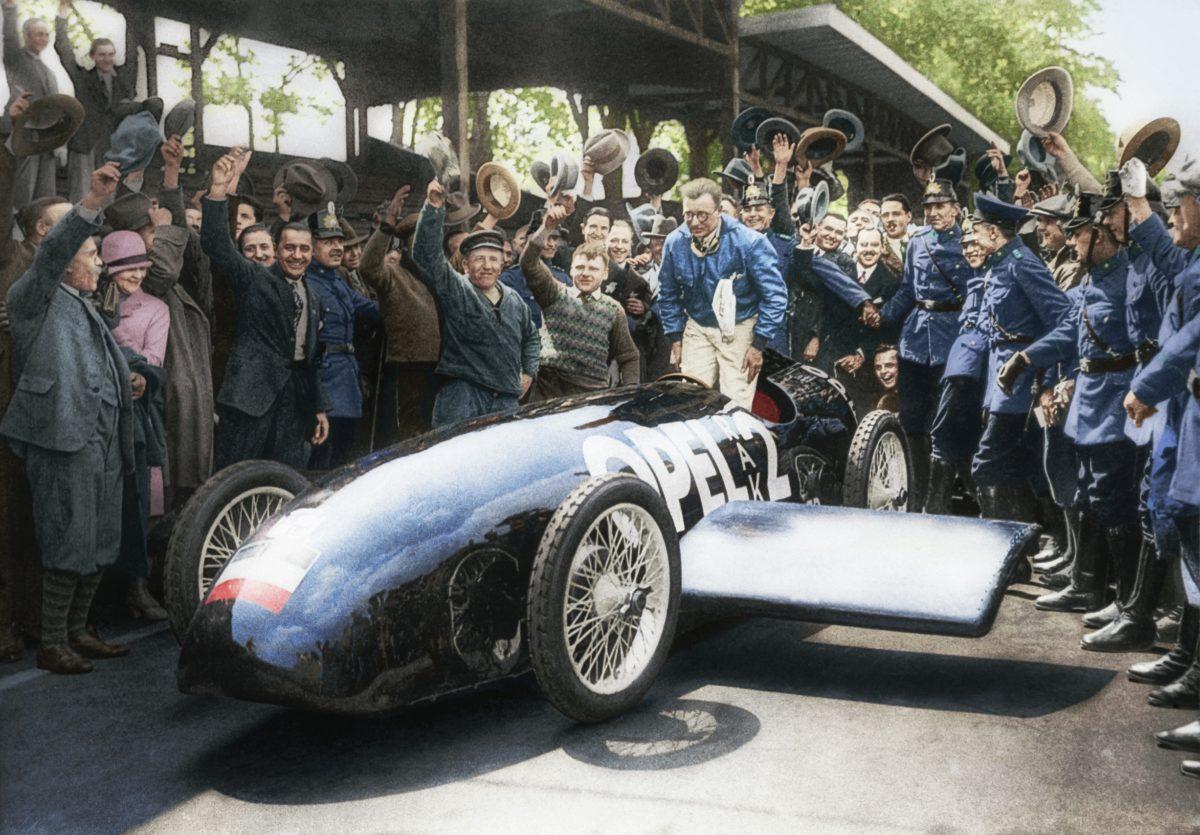 Fritz von Opel mit dem RAK 2 auf der Avus, 1928 (Kolorierung: Axel Wierdemann/Leif Rohwedder).