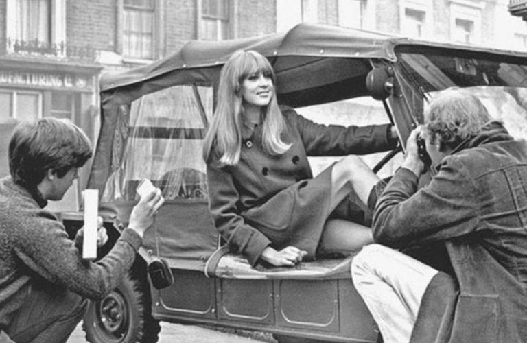 Patty Boyd, zweitweilige Ehefrau von George Harrisson, im Mini Moke des Beatles-Gitarristen.